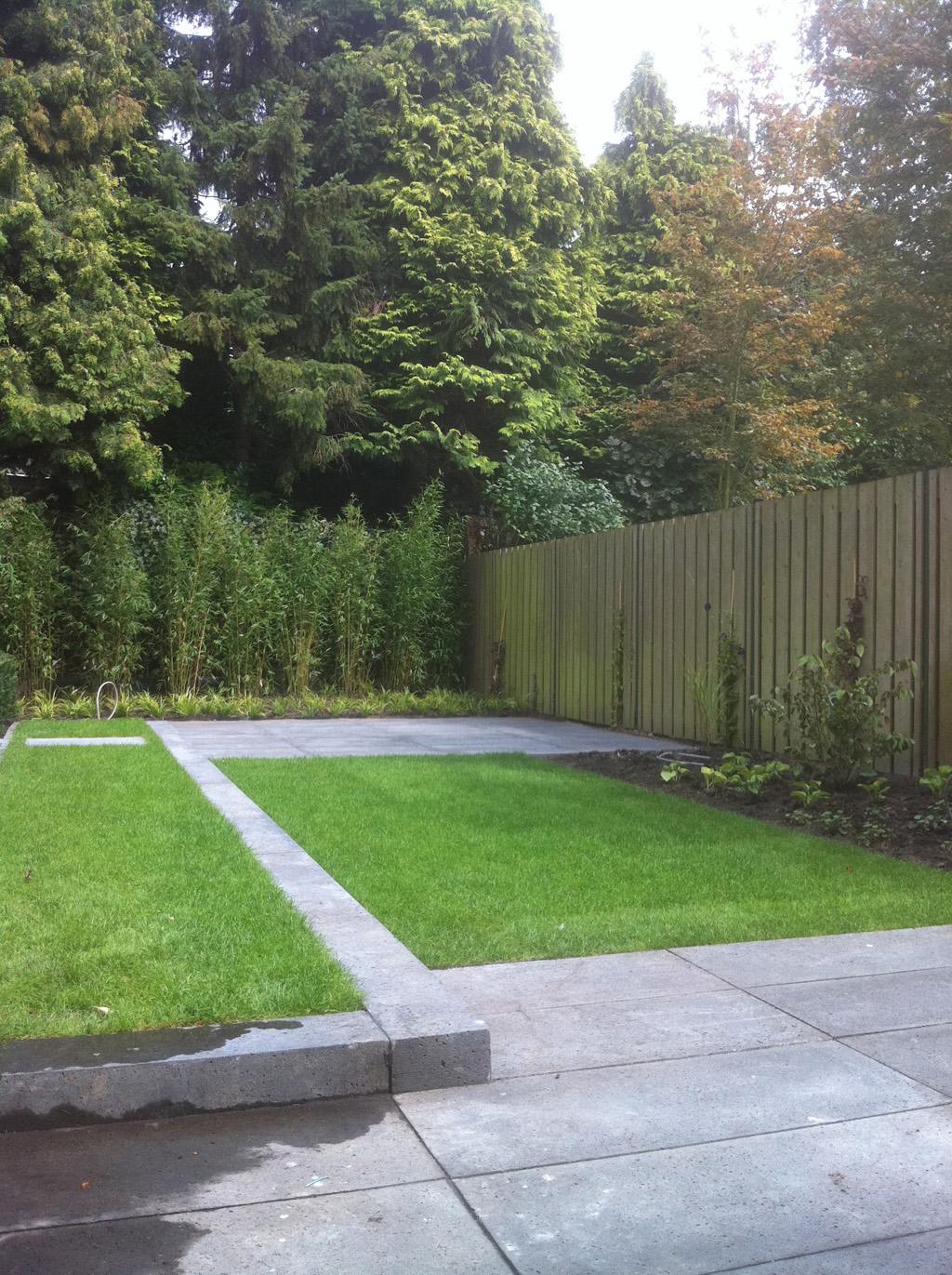 kindvriendelijke tuin met schellevis-tegels carbon 80x80x4 verhoogde ...